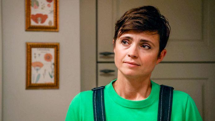 Marianne DeVries memerankan Iris di Family.