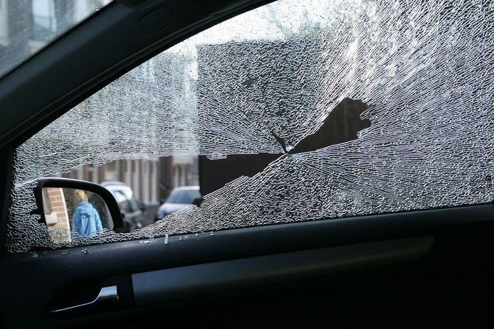 Een hamerkop vliegt vorig jaar dwars door de zijraam van een auto waar twee mensen inzitten in Zwolle. Een verdachte, bij wie een hamersteel zonder kop werd aangetroffen, stond vandaag voor de rechter (foto ter illustratie).
