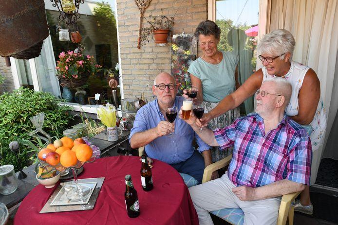Het redactieteam van het Dongense kroegenboek met van vlnr: Peter Visser, Dimph van de Oever, Mari van Os en Marion Vermeulen.