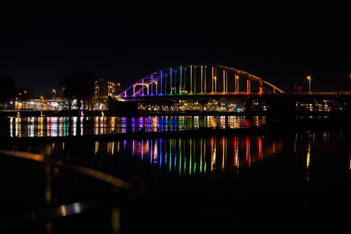 De Wilhelminabrug zal vanavond in regenboogkleuren verlicht worden