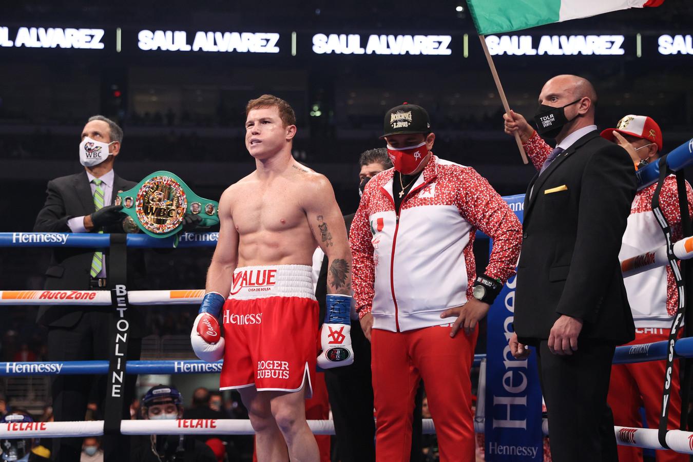 Canelo Alvarez wordt geïntroduceerd voor zijn WBA, WBC en Ring Magazine super middengewicht kampioenschap tegen Callum Smith in de Alamodome in San Antonio, TX.