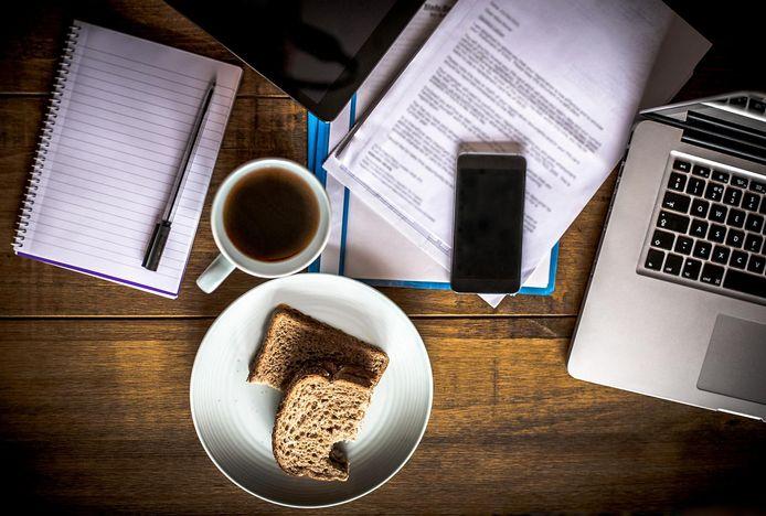 Samen lunchen met de collega's of halverwege de voormiddag een praatje aan het koffieapparaat: we maken er nog amper tijd voor.