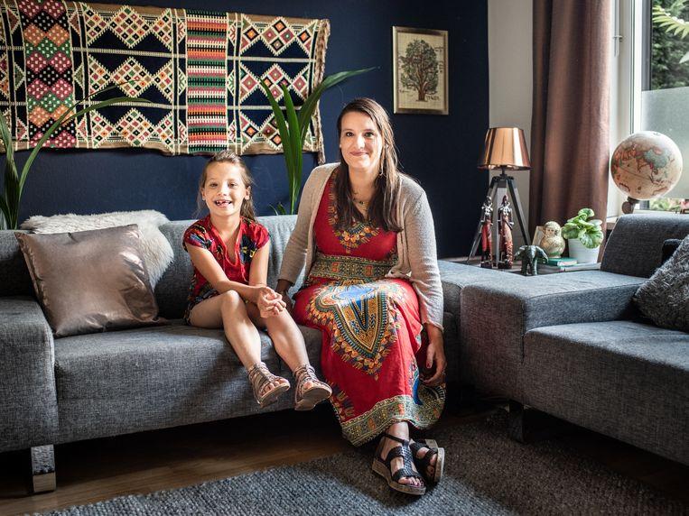 Kelly Litjens met dochter Nikki op de bank in haar woning in Weert. Beeld Simon Lenskens