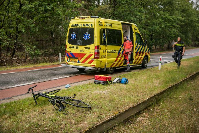 Op de Delenseweg N804 is een wielrenner zwaargewond geraakt door een val.