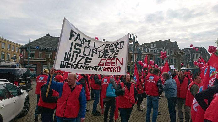 Distributiemedewerkers van Jumbo verzamelen zich dinsdag voor een protestmars naar het hoofdkantoor in Veghel.