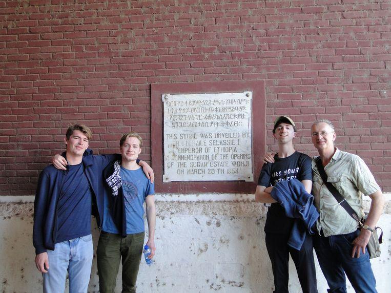 Jaap Scholten en zijn zoons in Wonji. Beeld