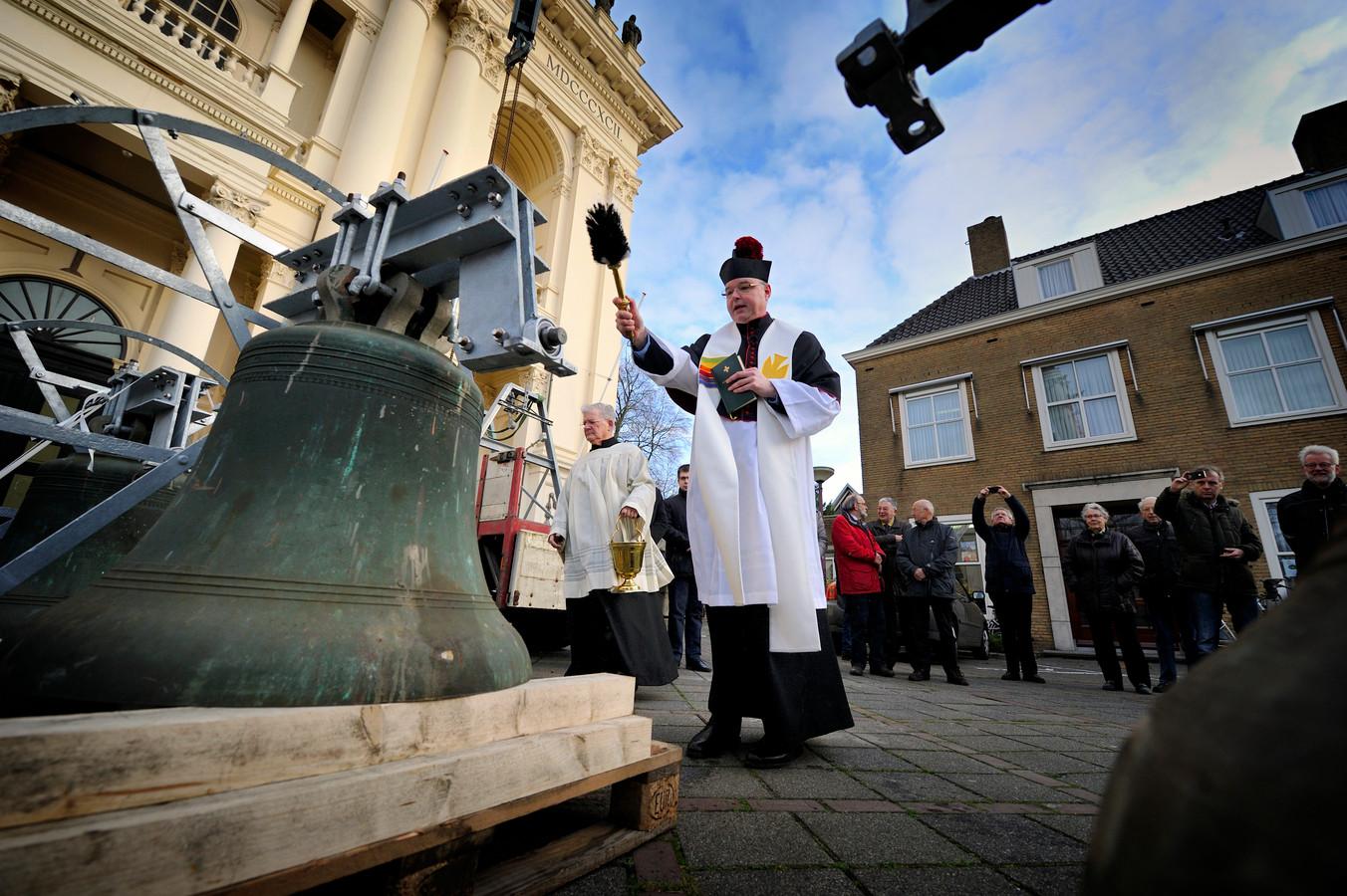 Vooraleer de drie klokken uit Standdaarbuiten in de basiliek gehesen werden, werden ze door pastoor Maickel Prasing ingezegend.