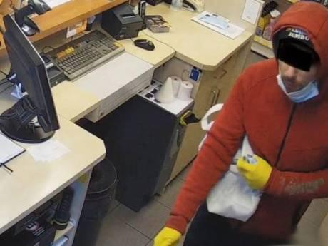 Doodsbange medewerkster tankstation overvallen voor 315 euro en 9 pakjes peuken: 'Is hij zo afgegleden?'