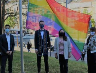 """Mister Gay Belgium Joren Houtevels laat regenboogvlag wapperen in Leuven: """"Samenwerken met andere steden in strijd tegen discriminatie"""""""