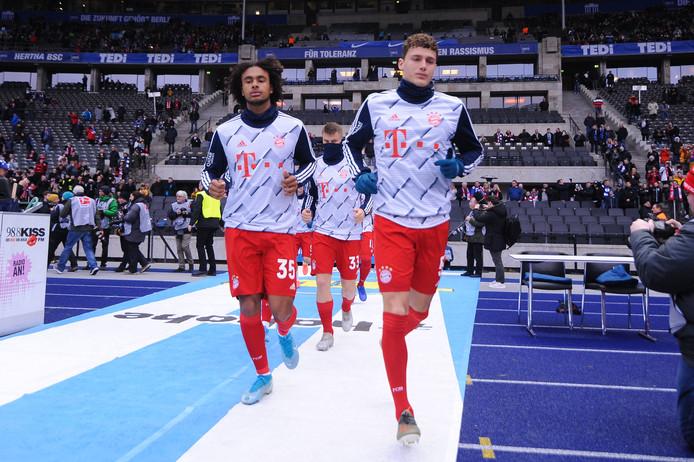 Joshua Zirkzee (l) en Benjamin Pavard tijdens de warming-up in Berlijn.
