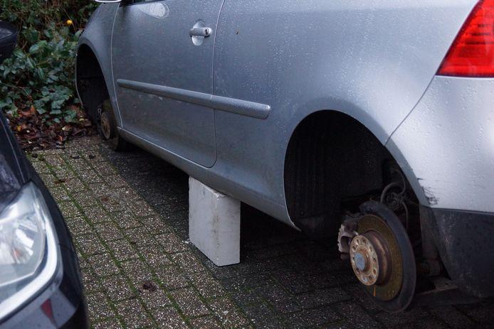 Auto op bakstenen gezet nadat banden zijn weggehaald in Kaatsheuvel.
