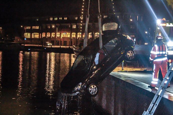 Een jaar geleden reed een auto de Vissershaven in Harderwijk in. De bestuurder wist zichzelf in veiligheid te brengen. Duikers van de brandweer lokaliseerden later de auto op de bodem.