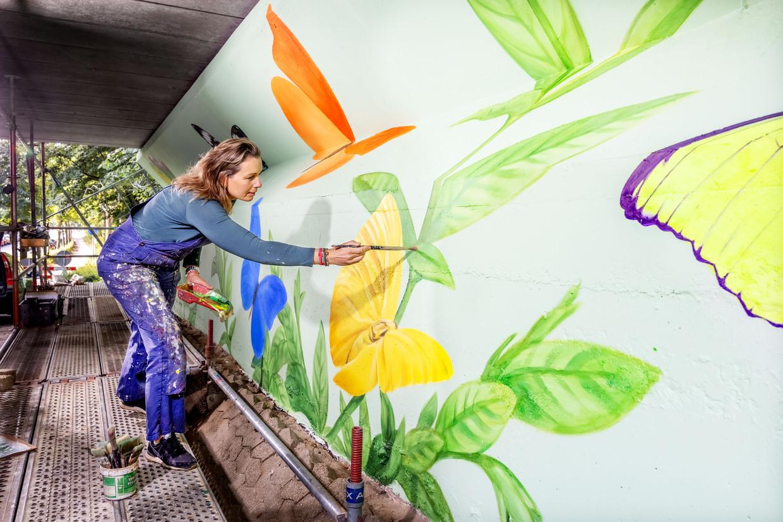 Kunstschilder Leone Schröder aan het werk in Duivendrecht. Beeld Jean-Pierre Jans
