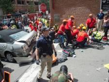 Une voiture fonce dans la foule des manifestants de Charlottesville: un mort
