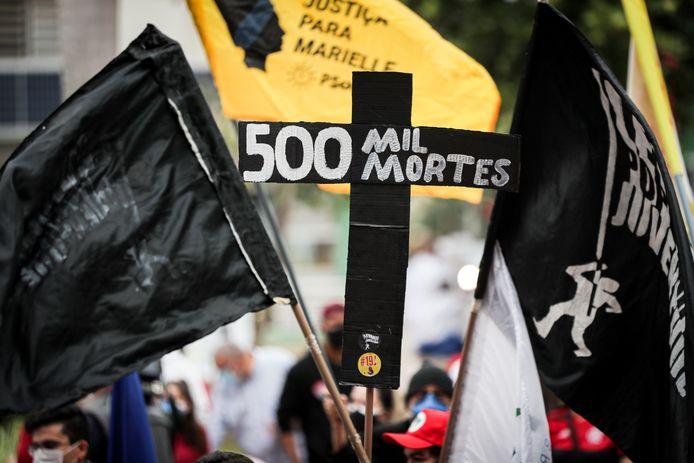 Le Brésil, qui compte 212 millions d'habitants, a connu en début d'année une mortelle  deuxième vague avec plus de 4.000 décès par jour. Il craint d'être frappé par une troisième vague, le nombre d'infections connaissant un nouveau pic.