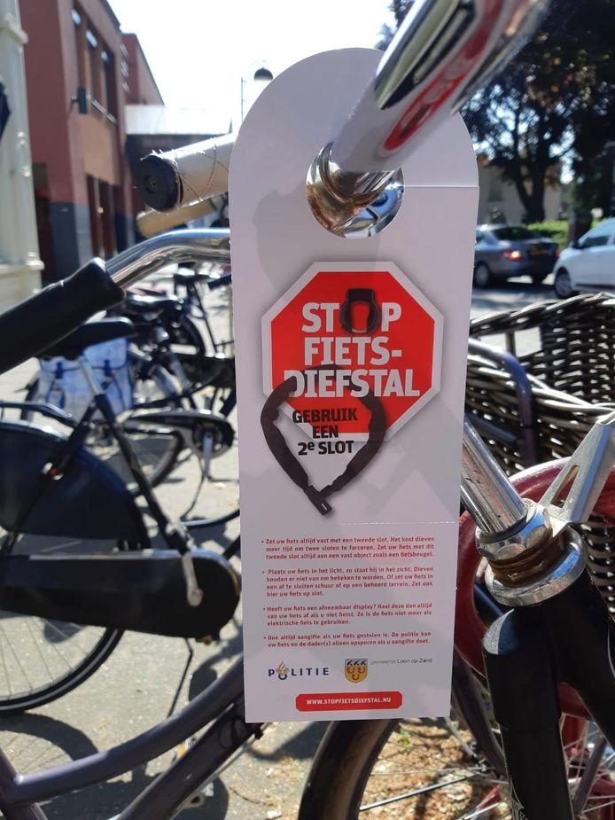 Wie in het centrum van Kaatsheuvel zijn fiets niet met een extra ketting vastlegt, krijgt deze dagen een waarschuwing aan zijn stuur.