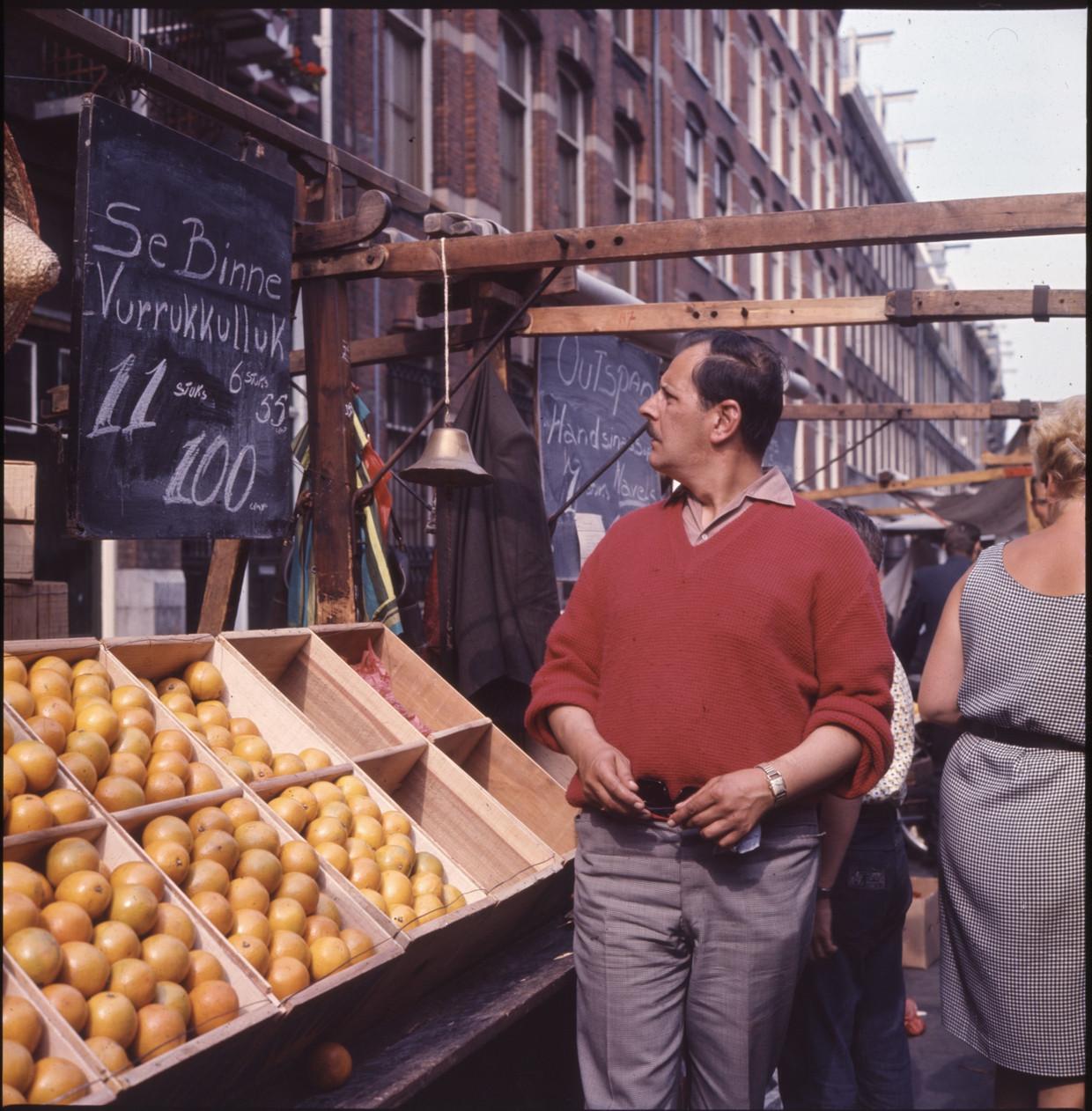 Een praatje met de groenteboer is essentieel voor het functioneren van een maatschappij. Beeld Hollandse Hoogte / Nederlands Fotomuseum