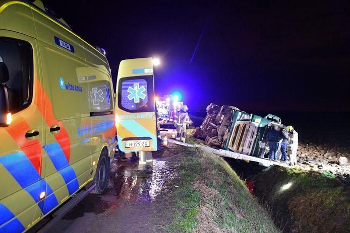 Een vrachtwagen met suikerbieten is gekanteld bij Waarde. De chauffeur raakte bij het ongeluk gewond.