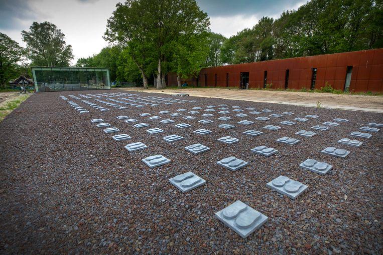 Voetstappen op het dak van het nieuwe museum verbeelden het appel op de appelplaats. Beeld Werry Crone