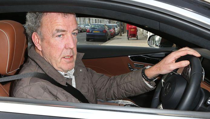 De presentator van het immens populaire programma Top Gear is geschorst omdat hij een producer zou hebben geslagen.