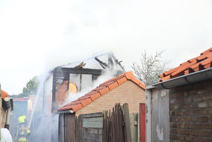 Een schuur achter een woning aan de Plataanstraat in Tiel is zondagochtend in vlammen opgegaan.
