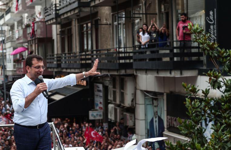 Burgemeesterskandidaat Ekrem Imamoglu van oppositiepartij CHP tijdens een verkiezingsbijeenkomst in Istanbul. Beeld EPA