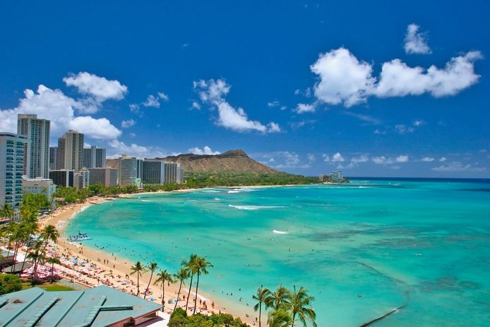 Het beroemde strand van Waikiki.