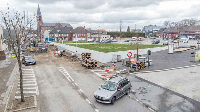 Deze week breekt de aannemer het wegdek op aan het kruispunt van de Waregemsesteeweg en het Nieuw Plein.