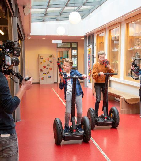 Is het een school? Het lijkt wel een pretpark! Brugklassers Stijn en Sara crossen door leeg Groevenbeek in Ermelo