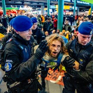 honderden-greenpeace-activisten-weggehaald-op-schiphol