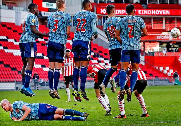 Davy Klaassen liggend achter de muur tijdens PSV - Ajax (1-1) afgelopen zondag.