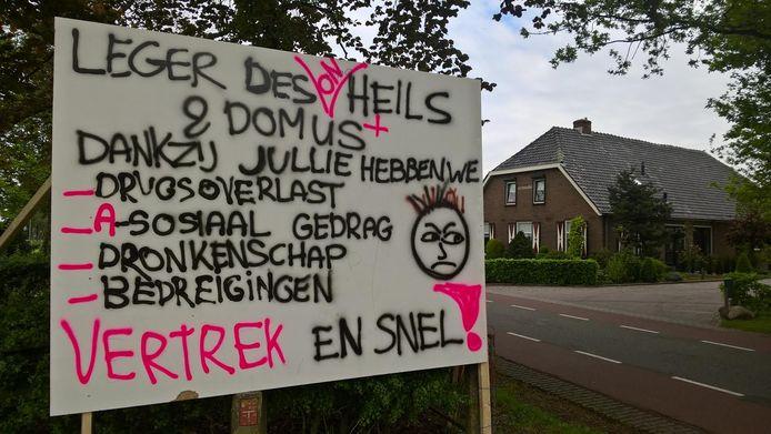 Het protestbord van de boze buurtbewoners.