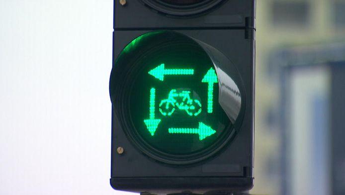 Het 'vierkant groen' houdt in dat fietsers en voetgangers uit de verschillende richtingen telkens tegelijk groen licht krijgen om over te steken, terwijl auto's en vrachtwagens nog even moeten wachten.