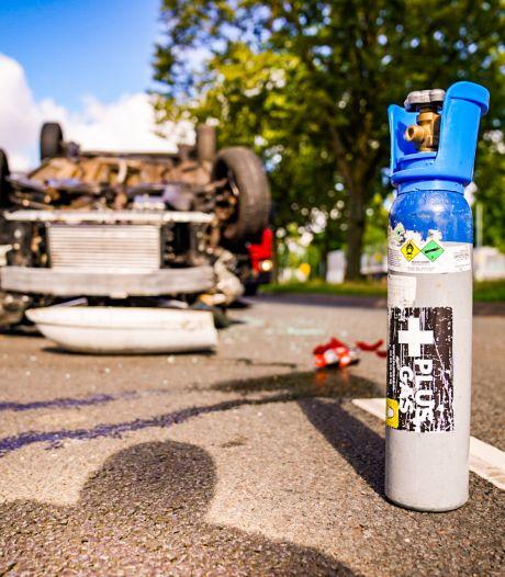 Auto over de kop in Eindhoven: politie treft honkbalknuppel en lachgasfles aan