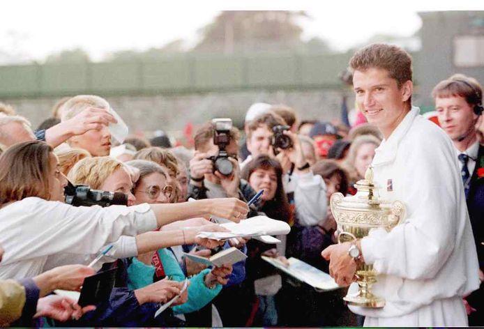 Richard Krajicek laat trots de trofee zien.
