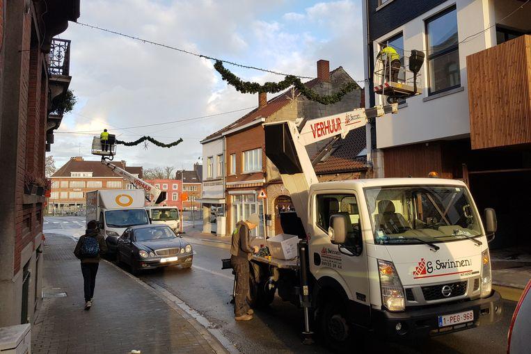 In de Sint-Rochusstraat werd de nieuwe kerstverlichting dinsdag opgehangen.