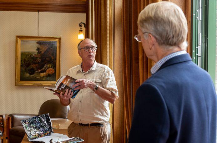 Theo van Mierlo bladert door 'zijn' laatste almanak, onder toeziend oog van directeur Herman Harder van het SNS Historisch Centrum.