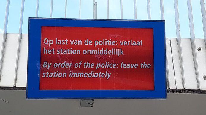 Dit bericht kregen reizigers zondagmiddag op station Apeldoorn te zien.