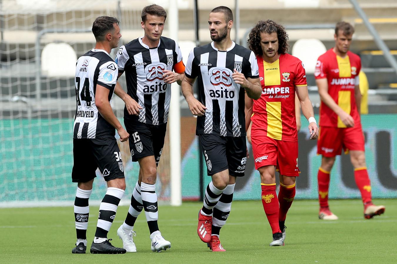 Mael Corboz en Jeroen Veldmate balen na de 2-0 van Lucas Schoofs