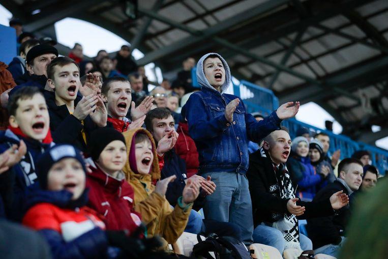 Jonge Wit-Russische voetbalfans moedigen hun team aan bij de wedstrijd tussen Torpedo Zjodino en Belsjina Bobroejsk afgelopen weekeinde. Beeld AP