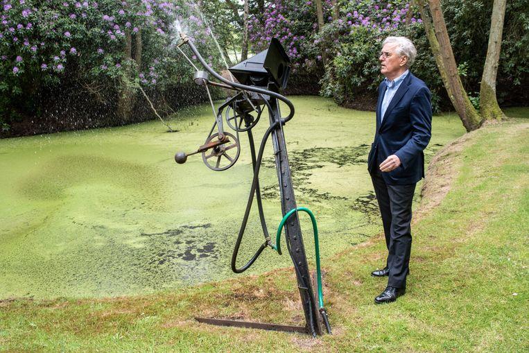 Alles piept, kraakt en rammelt aan deze fontein van Jean Tinguely - en dat is precies de bedoeling. Maar het is geen sinecure om dit werk van oud ijzer, rubber en een waterpomp uit 1963 goed te onderhouden. Beeld Simon Lenskens