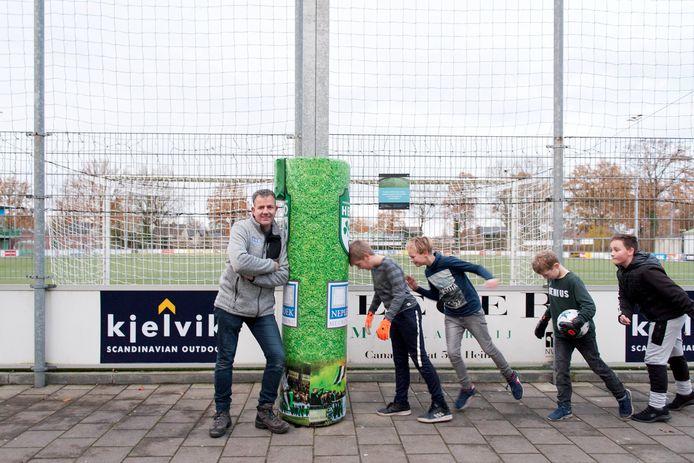VV Heino heeft als eerste amateurvoetbalclub in Nederland een VAR-Airbag. Het is een idee van de voetbalclub, in samenwerking met stoffeerder Nico Neplenbroek. De videopaal van staat midden in het looppad naar de kantine, waardoor mensen die even niet opletten met een blauw oog verder lopen.