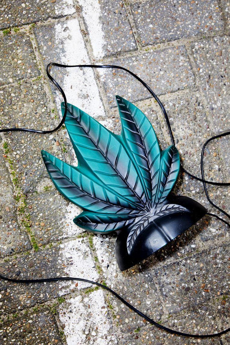 Topstuk: lamp in de vorm van een wietblad, met lang snoer. Beeld Marie Wanders