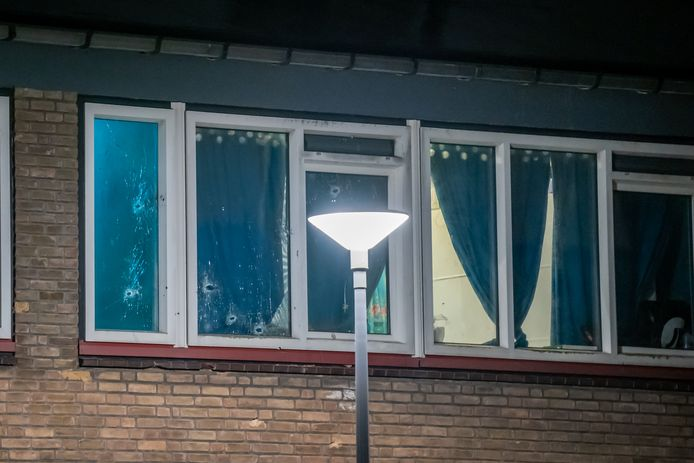 De woning aan de Dirkslandstraat in Rotterdam werd in de nacht van zondag op maandag doorzeefd met kogels.