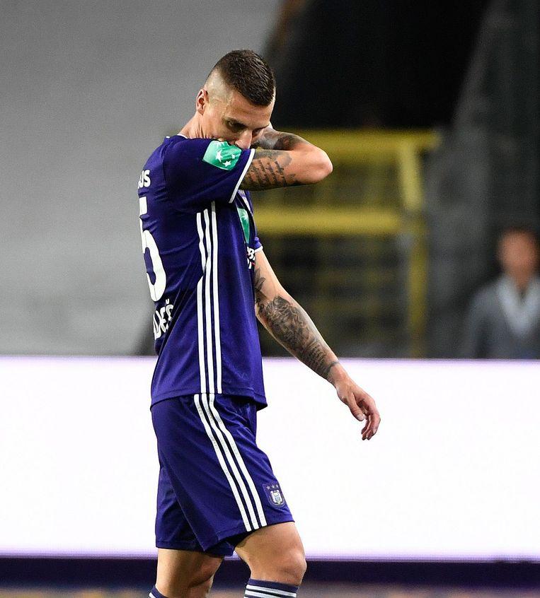 Anderlecht-verdediger Ognjen Vranjes verlaat het veld na zijn rode kaart tegen Moeskroen, vorige vrijdag. Beeld Photo News