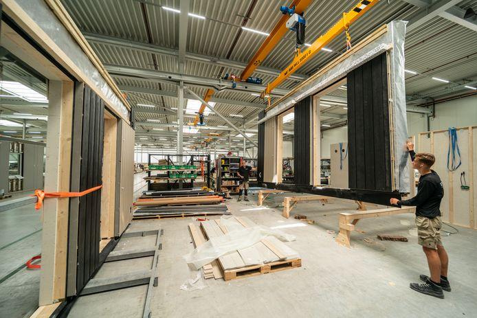 In de fabriek in Almelo worden de buitenwanden voor de Overasseltse woningen geproduceerd.