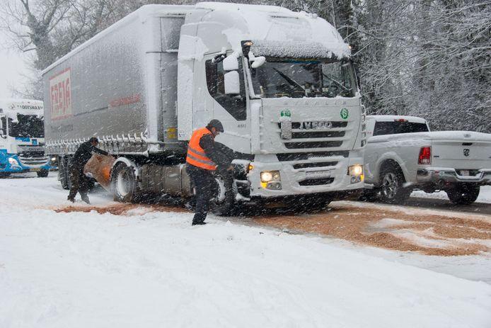Op de E17 komen buurtbewoners ter hulp met zagemeel, dooizout, zand, ... om de gestrande truckers te helpen.