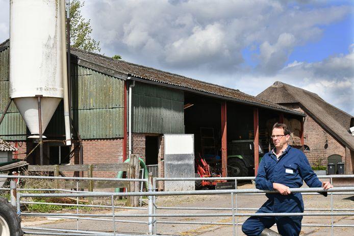 LTO-voorzitter Aad Kester bij zijn schuur met asbestplaten.