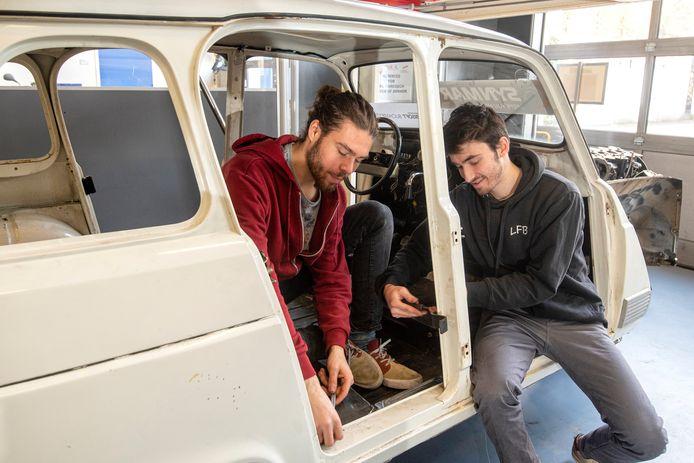 Sam Voncken en Nathan Gaté bezig aan de auto waarmee ze in februari vanuit Arnhem naar de Marokkaanse woestijn vertrekken.