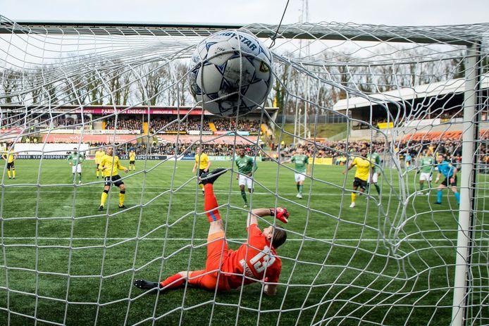 PSV-doelman Lars Unnerstall kan de treffer van Johnatan Opoku niet voorkomen.